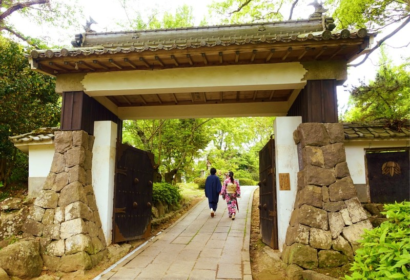Couple in Kimono entering oita castle gate
